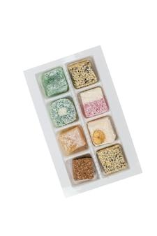 Delizie turche assortite in una scatola di plastica isolata su uno sfondo bianco. dolci orientali.