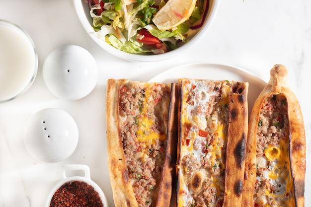 Set di piatti turchi assortiti. pide con carne, pide con uovo, pide mix, lachmajun