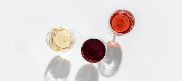 Vino assortito in vetro. vista dall'alto di vino rosso, rosa e bianco