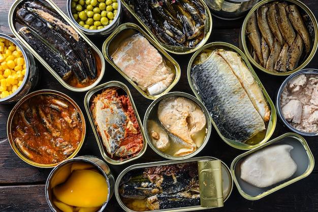 Assortimento di conserve di cibo in lattina aperta.