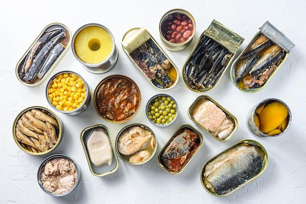 Assortimento di conserve alimentari in scatola