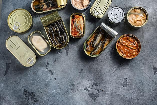 Assortimento di lattine in scatola con diversi tipi di pesce e frutti di mare