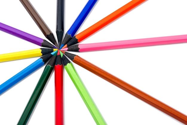 Assortimento di matite colorate su sfondo bianco