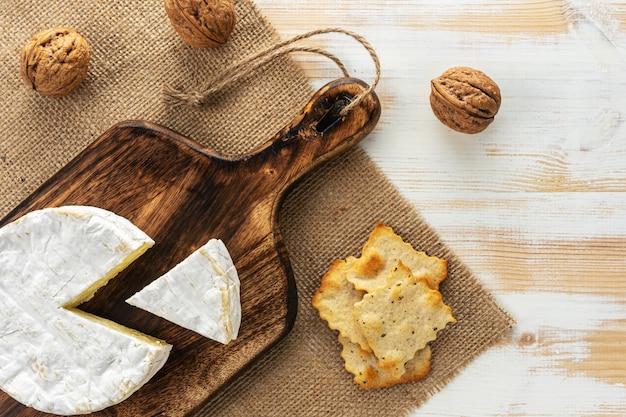 Assortimento di diversi tipi di formaggio bianco sulla tavola di legno.