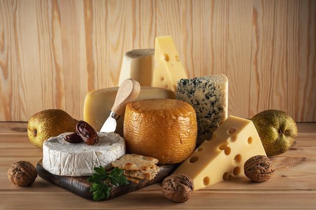 Assortimento di diversi tipi di formaggio sulla tavola di legno. formaggio.