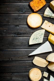Assortimento di diversi tipi di formaggio. su uno sfondo di legno.