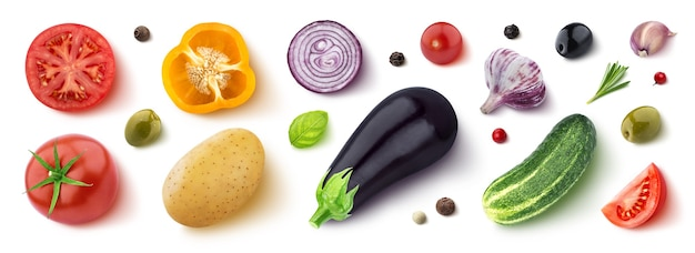 Assortimento di diverse verdure, erbe e spezie isolate su sfondo bianco, piatto, vista dall'alto