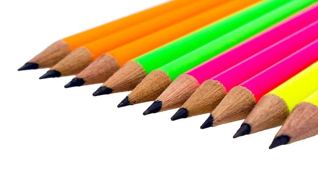 Assortimento di matite colorate fluorescenti su sfondo bianco