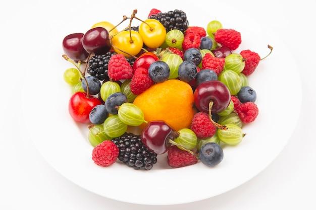 Assortimento di frutti di bosco freschi su un piatto bianco