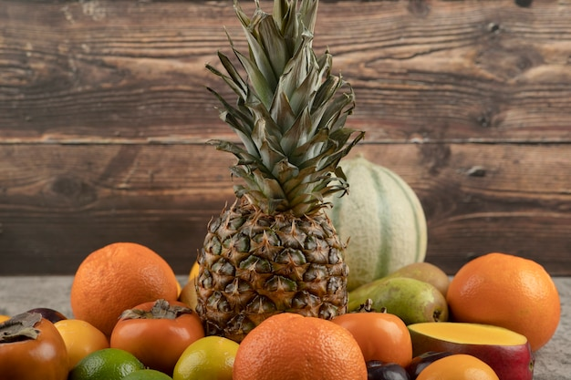 Assortimento di composizione di frutta fresca matura sulla superficie in marmo.