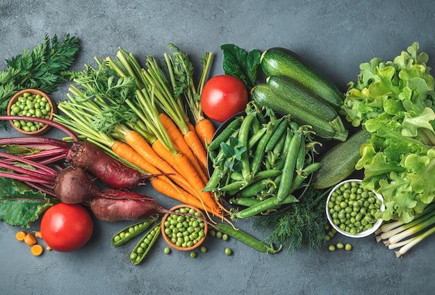 Un assortimento di verdure fresche su sfondo grigio-blu. vista dall'alto, copia dello spazio. immagine colorata.