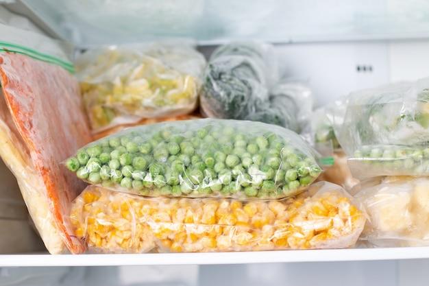 Assortimento di verdure surgelate nel frigorifero di casa. alimenti congelati nel congelatore