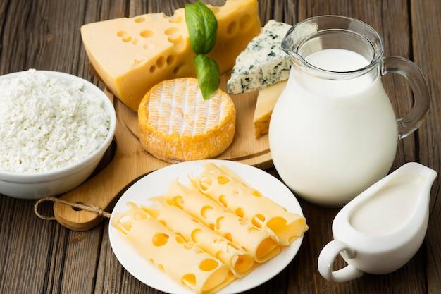 Assortimento di formaggi gourmet con latte