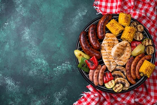 Assortimento di salsicce grigliate, carne e verdure. concetto di barbecue picnic