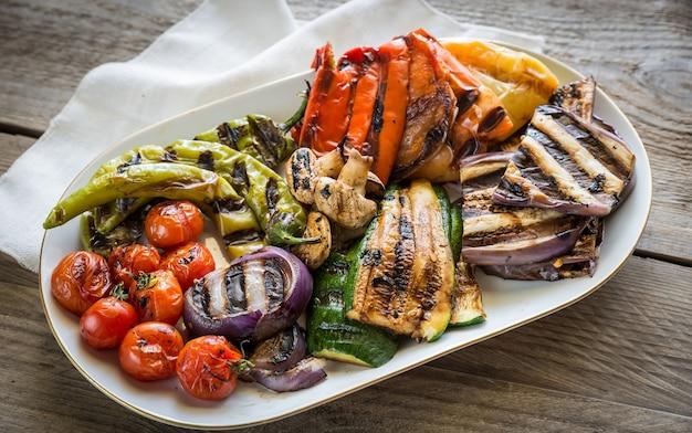 Assortimento di verdure grigliate sulla piastra