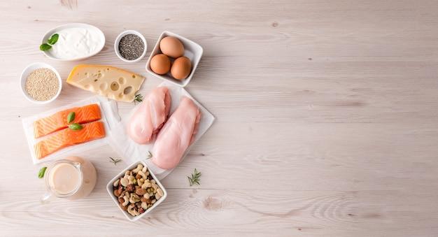 Assortimento di fonti di proteine sane e alimenti per il body building. concetto di dieta