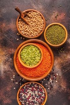Assortimento di legumi - lenticchie, piselli, mung, ceci e fagioli diversi. vista dall'alto.