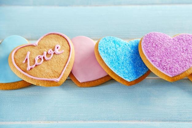 Assortimento di biscotti d'amore sul tavolo di legno blu