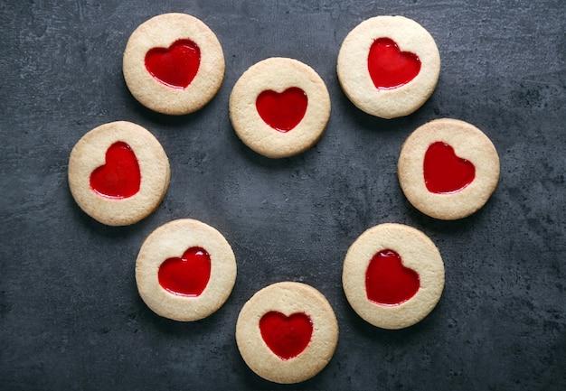 Assortimento di biscotti d'amore a forma di cuore su sfondo grigio