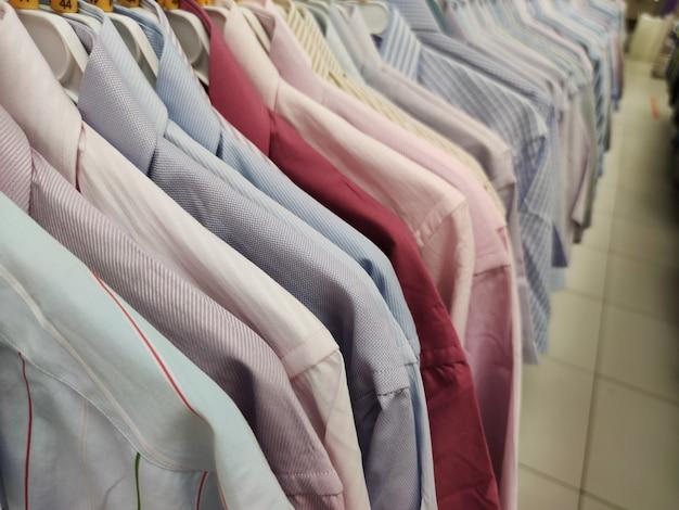 Assortimento di camicie da uomo