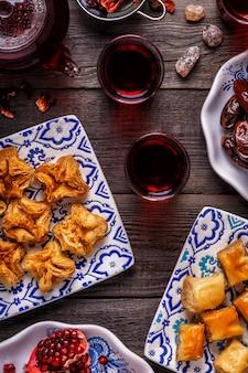 Assortimento di dolci orientali con tè all'ibisco