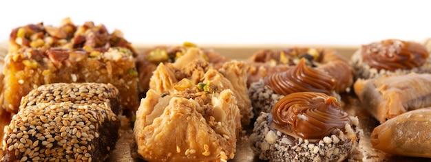 Assortimento di baklava dessert ramadan isolato su bianco. dolci arabi tradizionali.