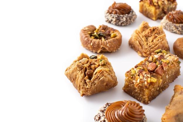 Assortimento di baklava dessert ramadan isolato