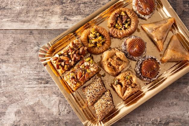 Assortimento di baklava dessert ramadan sulla tavola di legno