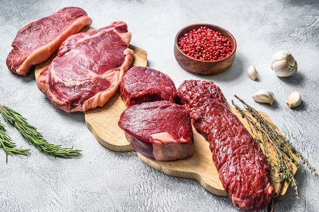 Assortimento di bistecche di manzo crude