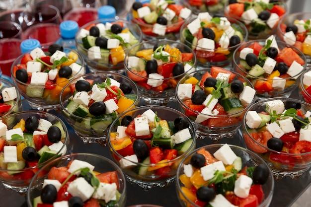 Un assortimento di insalate sul tavolo del buffet. catering per riunioni di lavoro, eventi e celebrazioni. Foto Premium