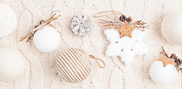 Assortimento di stile scandinavo, accogliente eco friendly, ornamenti natalizi fatti a mano, banner piatto, vista dall'alto