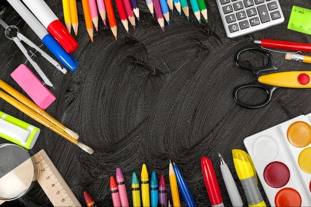 Assortimento di materiale scolastico sullo sfondo