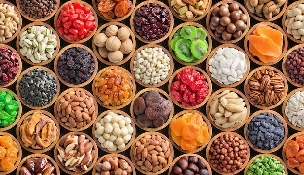 Assortimento di spezie ed erbe aromatiche in ciotole