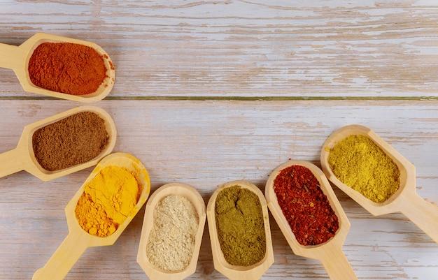 Assortimento di spezie ed erbe nelle palette di legno.