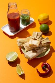 Assortimento di ingredienti tamales su un tavolo arancione