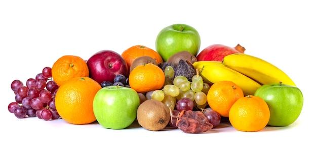 Assortimento o frutti tropicali isolati su bianco. frutta
