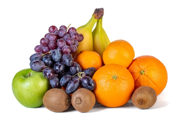 Assortimento o frutti tropicali isolati su bianco. cibo salutare.