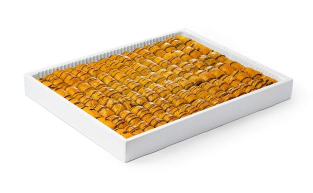 Assortimento di baklava turco dessert in una scatola bianca isolata su bianco