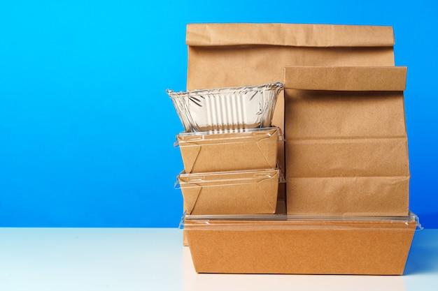 Assortimento di vari contenitori per la consegna di cibo sul tavolo si chiuda