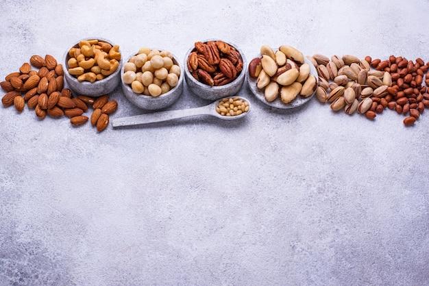 Assortimento di varie noci. mandorle, noci pecan, macadamia, pistacchi e anacardi