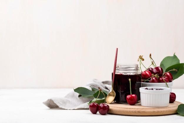 Assortimento con marmellata di ciliegie
