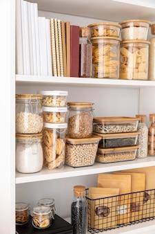 Assortimento con contenitori per alimenti e libri