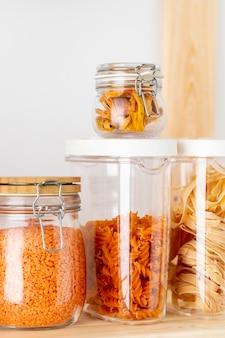 Assortimento con contenitori in vetro per alimenti
