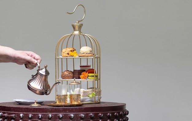 Assortimento di dessert e snack su un bellissimo servizio da tè pomeridiano in stile marocchino