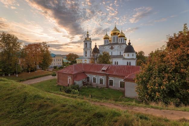 Cattedrale dell'assunzione nel cremlino di dmitrov. dmitrov cremlino al tramonto.