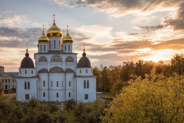 Cattedrale dell'assunzione nel cremlino di dmitrov. una delle principali attrazioni architettoniche di dmitrov costruita all'inizio del xvi secolo. dmitrov, russia