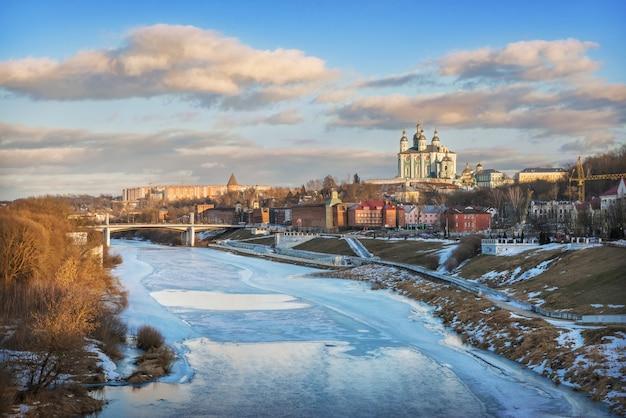Cattedrale dell'assunzione e il fiume dnieper a smolensk sotto il cielo blu primaverile al tramonto