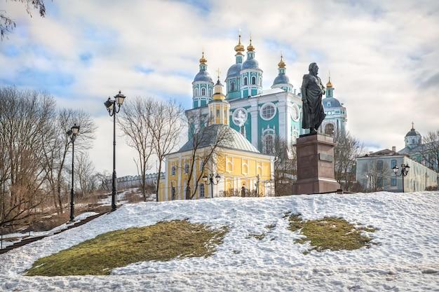 Cattedrale dell'assunzione e il monumento a kutuzov a smolensk sotto il cielo blu primaverile