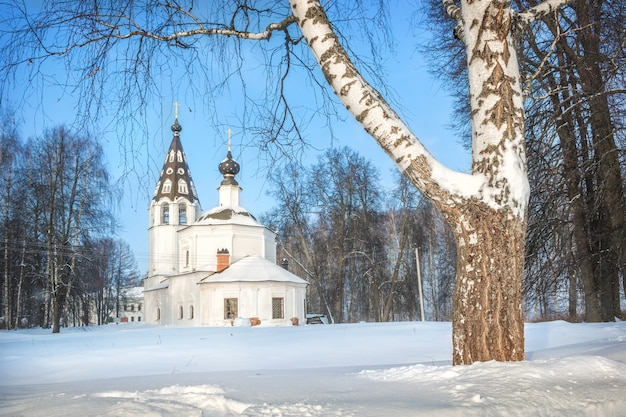 Cattedrale dell'assunzione con un campanile sulla montagna della cattedrale a plyos alla luce di una giornata invernale sotto un cielo blu
