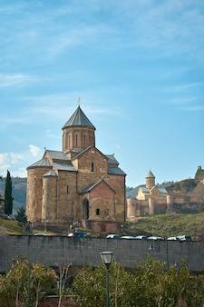Chiesa dell'assunzione o tempio di metekhi. edificio religioso storico a tbilisi.
